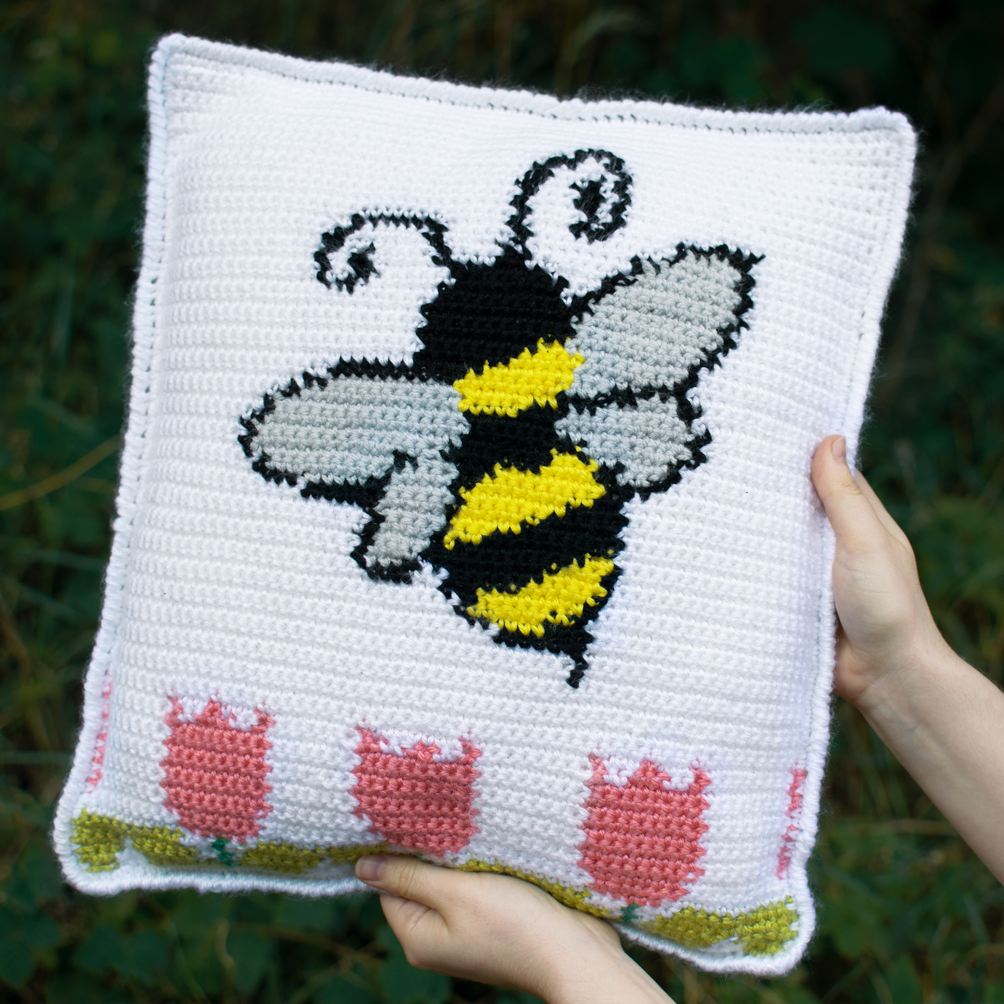 The Bee Pillow – Free Crochet Pattern